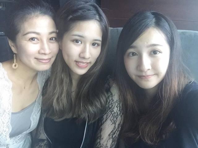 方文琳(左)和大女兒于齊優(中)、小女兒于齊薇(右)合照。(翻攝臉書)